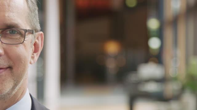 stockvideo's en b-roll-footage met zelfverzekerde lachende zakenman op seminar in hotel - theaterzaal