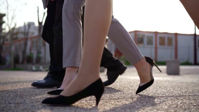 自信に満ちたビジネスチームの歩み - トラッキングショット点の映像素材/bロール