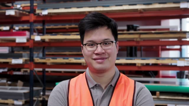 自信を持った倉庫作業員 - 倉庫作業員点の映像素材/bロール