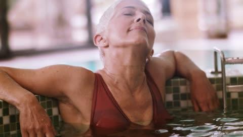 vídeos y material grabado en eventos de stock de segura mujer de vacaciones solo - balneario spa