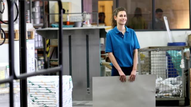 stockvideo's en b-roll-footage met vertrouwen werknemer houden van blad op afdrukken plant - drukpers