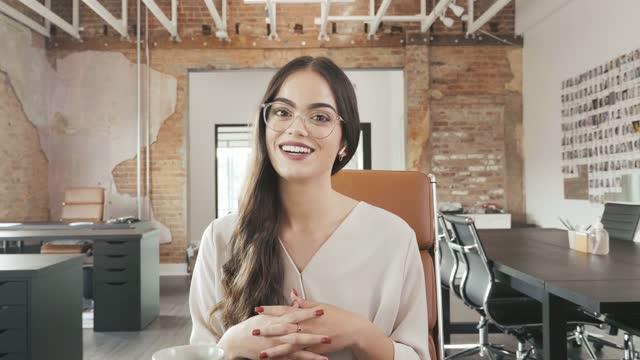 vídeos y material grabado en eventos de stock de la influencer adulta joven y segura habla con su audiencia durante vlog - explicar