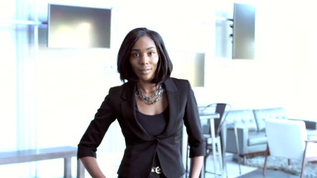 vídeos de stock e filmes b-roll de confident young african-american businesswoman - african american ethnicity