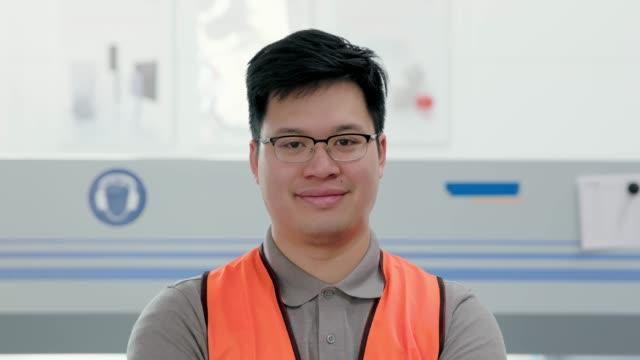 自信を持って若いアジアの倉庫労働者 - 倉庫作業員点の映像素材/bロール