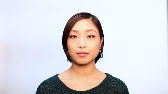 カメラを見つめている自信のある若いアジアの女性 - individuality点の映像素材/bロール