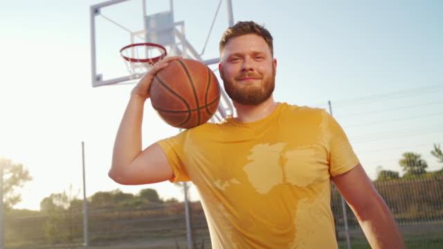 vidéos et rushes de jeune joueur confiant de basket-ball - joueur de basket ball