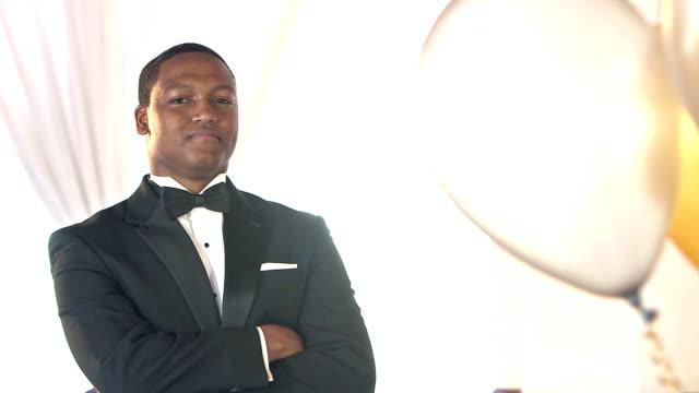 タキシードを着て自信を持って若い黒人ヒスパニック系男性 - 高校卒業ダンスパーティ点の映像素材/bロール