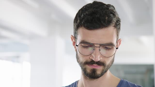 vídeos de stock, filmes e b-roll de homem de negócios novo confiável no escritório - barba