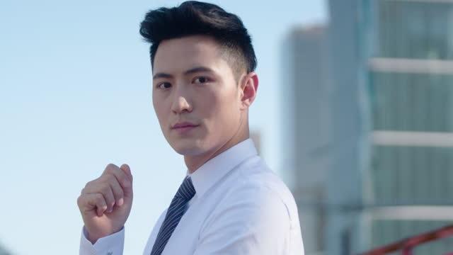 confident young businessman thinking,4k - skjorta och slips bildbanksvideor och videomaterial från bakom kulisserna
