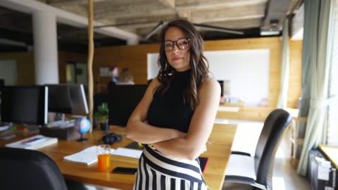 stockvideo's en b-roll-footage met zelfverzekerd jonge ondernemer - autoriteit