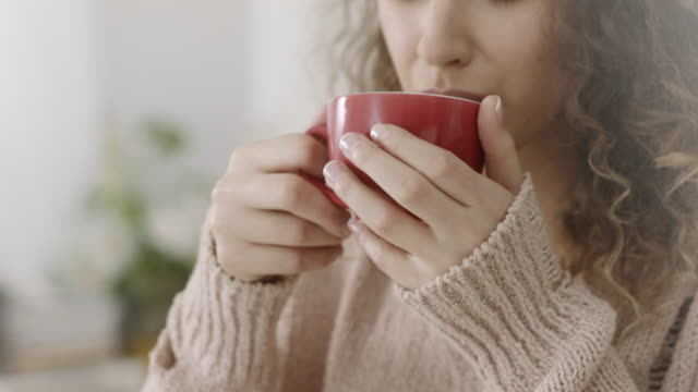 zuversichtliche junge frau hält kaffeetasse - tee warmes getränk stock-videos und b-roll-filmmaterial