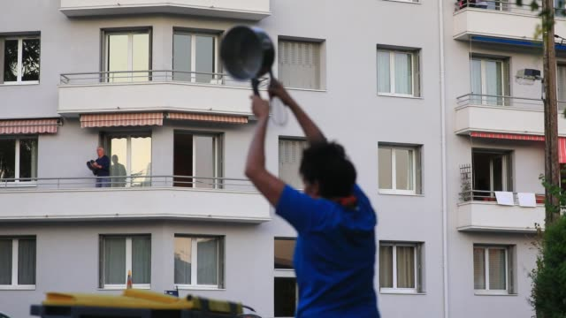 vídeos de stock e filmes b-roll de confined people go out to the windows at 8 p.m. to applaud the caregivers who are fighting against the covid19 virus on april 11, 2020 in chambery,... - obrigado