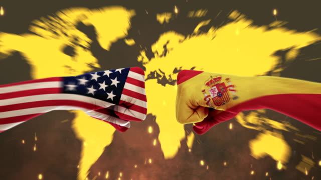 男性の拳 - 政府対立概念、アメリカ、スペイン、フラグ - グリーン スクリーンの間で対立します。 - スペイン国旗点の映像素材/bロール