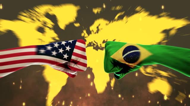 vídeos de stock, filmes e b-roll de conflito entre punhos masculinos - conceito de conflito de governos, américa e brasil, bandeiras - tela verde - bandeira
