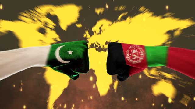 Konflikt zwischen männlichen Fäuste - Regierungen Konflikt Konzept, Pakistan und Afghanistan, Fahnen - Green Screen