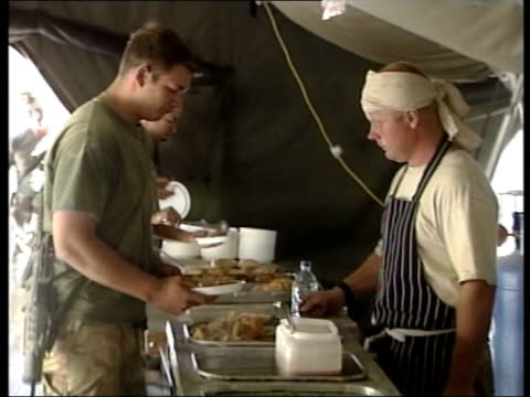 british troops mystery illness uk afghanistan bagram airbase british soldiers in canteen collecting food from food trays cms ditto bv soldier serving... - bagram bildbanksvideor och videomaterial från bakom kulisserna