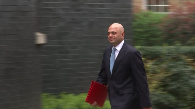 vídeos y material grabado en eventos de stock de cabinet meets over syria military action; england: london: downing street: ext gavin williamson mp arriving for emergency cabinet meeting at number... - greg james