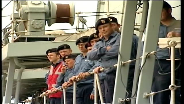 evacuations line of royal navy soldiers looking down from ship's deck clottey boarding ship track - 船の一部点の映像素材/bロール