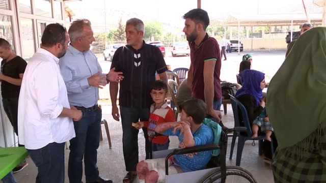 idlib assault could be worst humanitarian crisis of sevenyear civil war says un official turkey syria border ext crowds of civilians refugees... - convoglio video stock e b–roll