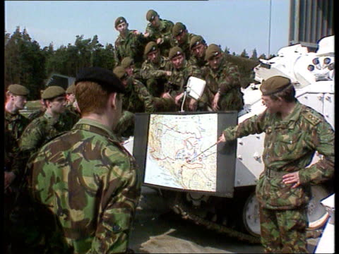 vidéos et rushes de conflict: implementing peace: military threat remains; ext germany, bergen-hohne cms prince of wales own yorkshire regiment troops - clustered around... - infanterie