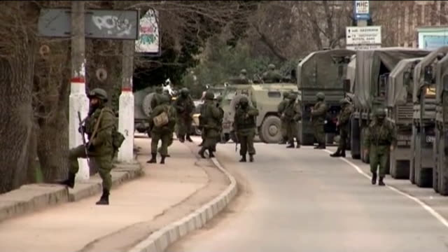 interim government puts troops on full combat alert t01031401 / tx crimea ext various shots of russian soldiers and armoured vehicles in street end... - pansarfordon bildbanksvideor och videomaterial från bakom kulisserna