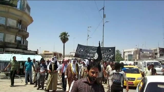 vídeos y material grabado en eventos de stock de isis rebels claim to have captured tal afar mosul sunni civilians celebrating in street sunni civilians marching with weapons outside mosul distant... - isis