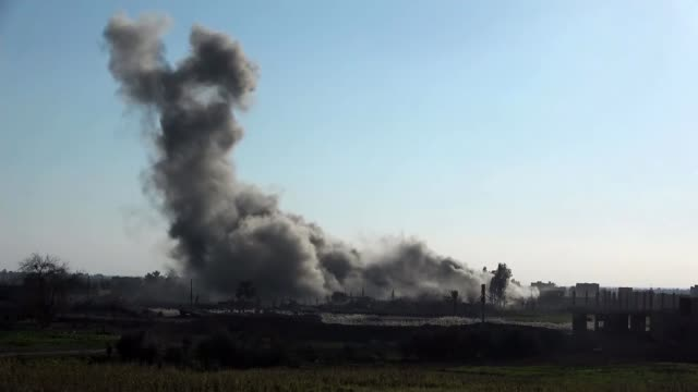 last remaining islamic state stronghold in syria close to falling alsusah syria kurdish and islamic state fighting troops funeral fighter jets syria... - kurdischer abstammung stock-videos und b-roll-filmmaterial