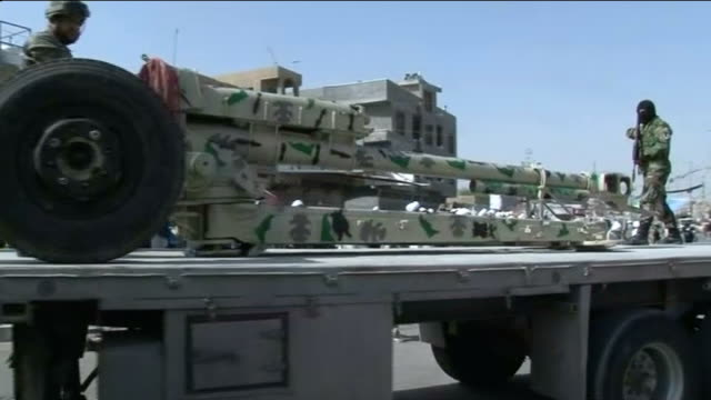 vidéos et rushes de mahdi army called on to protect baghdad from isis insurgents iraq baghdad ext members of mahdi army marching with blue flags field gun along on float... - irak