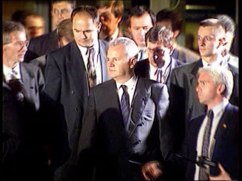 milosevic /panic power struggle: bosnia; ext england slobodan milosevic out ) tx 25.8.92 london with others next r-l ) itn - slobodan milosevic stock-videos und b-roll-filmmaterial