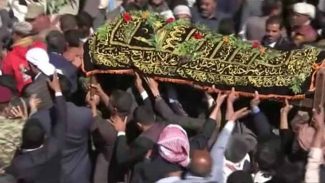 vídeos y material grabado en eventos de stock de more than 140 killed in funeral bombing; yemen: sanaa : ext various shots mourners at funeral tracking shot police convoy along with sirens low angle... - air raid