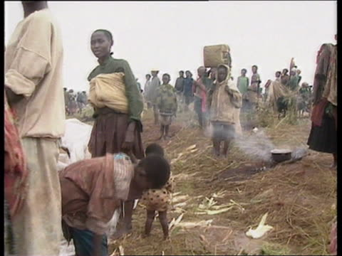 refugees exodus halted; for rushes see r01059405 tanzania, ngara mass of refugees along road towards with possessions ditto ditto woman with only one... - ルワンダ点の映像素材/bロール