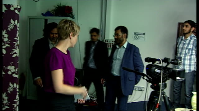 vídeos de stock, filmes e b-roll de 'the british jihad' british muslims react to channel 4 news film england london int reporter entering room with mohsin abbas hannah smith usama hasan... - channel 4 news