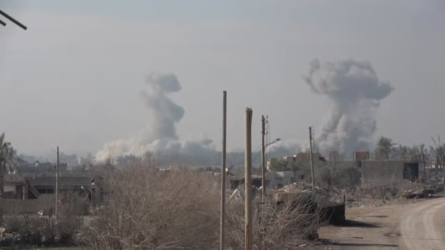 vídeos y material grabado en eventos de stock de conflict with islamic state seemingly nearing end syria baghouz smoke from explosions and gunfire kurdish soldiers firing guns crowd of people... - isis