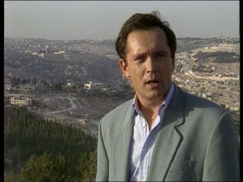 stockvideo's en b-roll-footage met conflict/politics mid east peace process ext israel jerusalem cms moore i/c sot tgv jerusalem skyline tgv ditto - oost jeruzalem