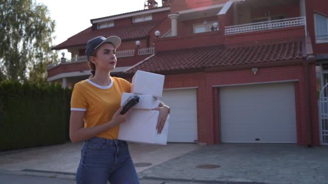 verwirrt weibliche kurier - postangestellter stock-videos und b-roll-filmmaterial