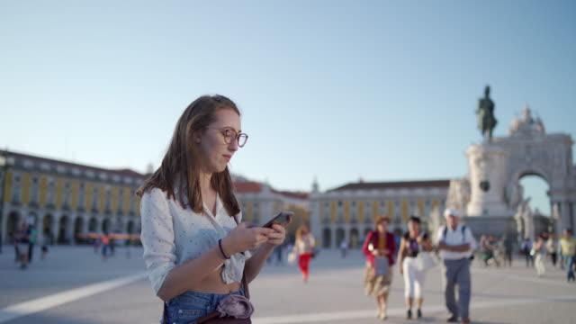 vídeos y material grabado en eventos de stock de mujer moderna confundida en busca de dirección en el gps - una sola mujer joven