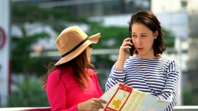 Une femme confuse est titulaire de la carte et la diffusion des mains dans la ville. Voyageur déçu et inquiet d'avoir le problème. Frustré et malheureux pendant les vacances. Mauvais sens ou voie sans issue.