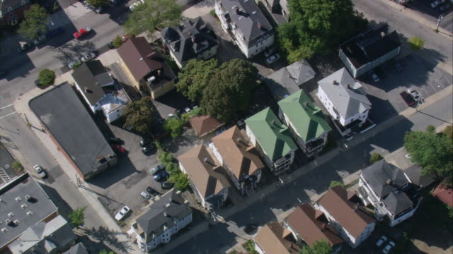 vídeos de stock, filmes e b-roll de aerial congested residential neighborhood on federal hill / providence, rhode island, united states - rhode island