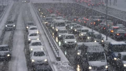vídeos y material grabado en eventos de stock de ld congestión en el paso bajo de la carretera en una tormenta de nieve - tormenta tiempo atmosférico