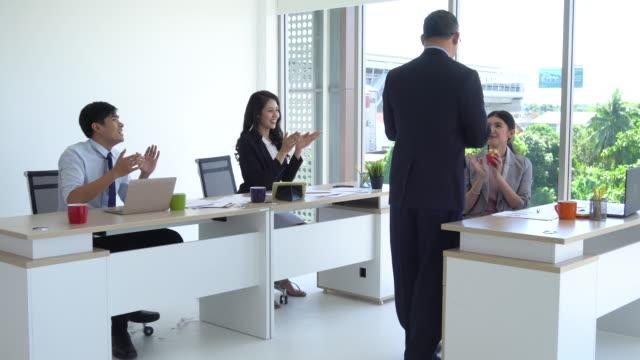 Congrats zakenvrouw! De bijeenkomst van de groep van het bedrijf in een startup team, mensen bespreken met collega's aan tafel