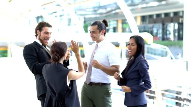 vídeos y material grabado en eventos de stock de socio de negocios de felicitación sobre el éxito de asociación en la ciudad de metrópolis - vestimenta de negocios formal