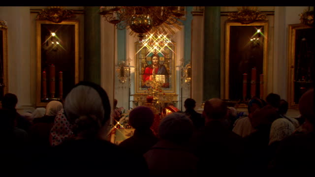 stockvideo's en b-roll-footage met a congregation stands and faces the altar at the church of the spilled blood in st. petersburg, russia. - gelovige