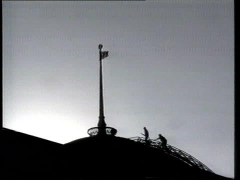 vídeos de stock e filmes b-roll de congress abolished; ext ukraine kiev parliament gv crowds cheering sof lms men walking across roof to remove soviet flag tgv parliament building as... - ucrânia bandeira