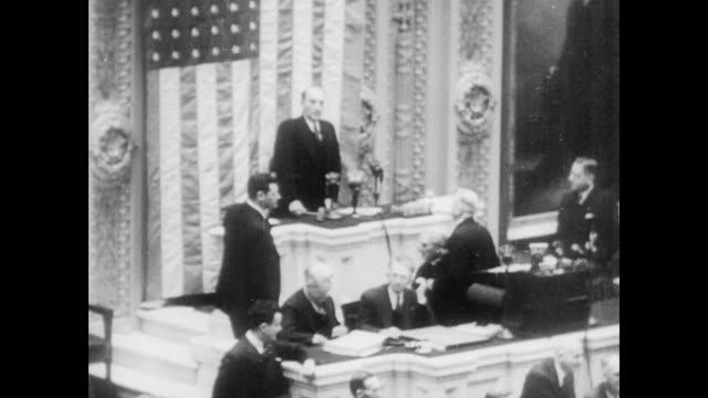 vidéos et rushes de / congress in session passing the tennessee valley authority act / president roosevelt speaks about tva from podium congress passes tennessee valley... - 1933