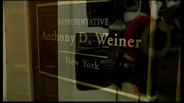 vidéos et rushes de congressman under scrutiny over twitter photograph; cameraman filming television camera trained on door to anthony weiner's office sign for anthony... - équipement audiovisuel