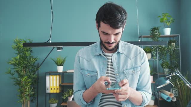 vídeos y material grabado en eventos de stock de conectado con mi negocio usando smartphone. - enviar actividad