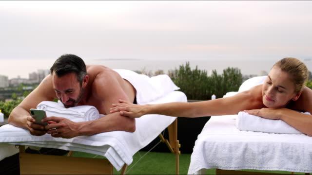 vídeos y material grabado en eventos de stock de conectado con el uno y otro... y el mundo - masaje