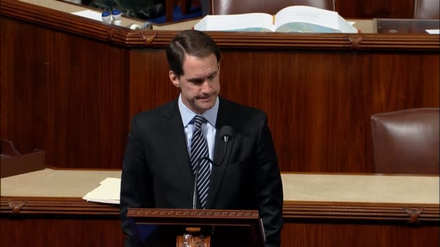 connecticut congressman jim himes says americans awoke the day before to a a grim but familiar ritual having learned that dozens were slaughtered in... - controllo delle armi da fuoco video stock e b–roll