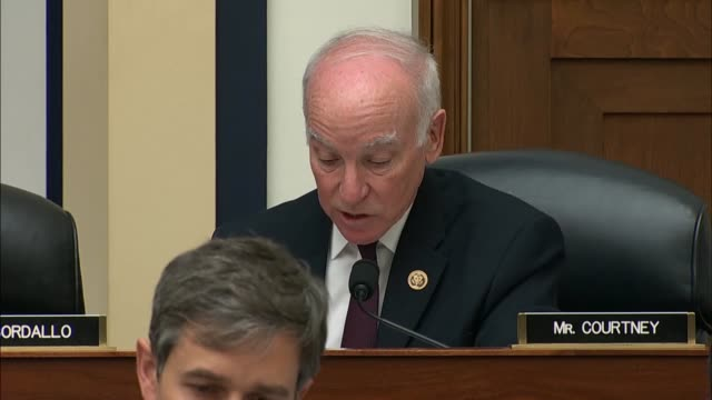 connecticut congressman joe courtney engages defense secretary jim mattis at a house armed services committee hearing over statements of president... - ministero americano della difesa video stock e b–roll