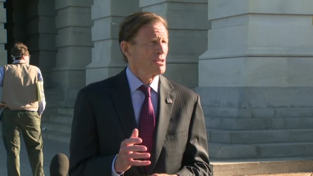 connecticut senator richard blumenthal tells reporters outside the us capitol building east front carriage entrance after an extended recess during... - disegno di legge video stock e b–roll